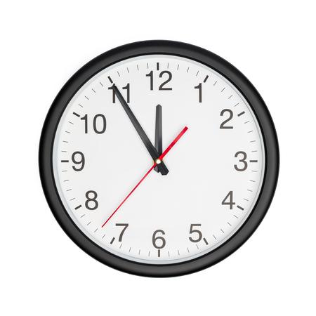 Fünf Minuten vor zwölf auf einer Wanduhr auf weißem Hintergrund Standard-Bild