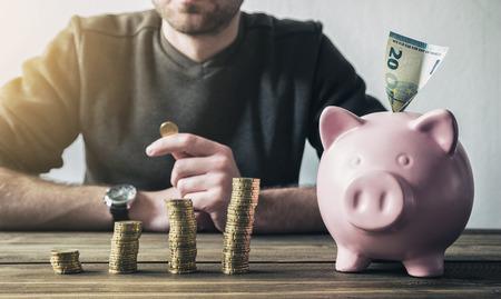 banco dinero: Cálculo Financiero dinero con la hucha y monedas