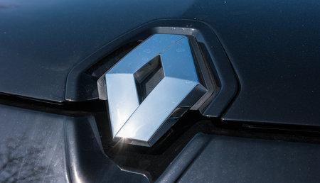 logos de empresas: Aquisgrán, Alemania MARZO de 2017: logotipo de Renault en primer plano en un coche negro. Renault SA es un fabricante de automóviles francés La producción de coches, furgonetas, autobuses, camiones, tractores, tanques, vehículos ferroviarios carretera Editorial