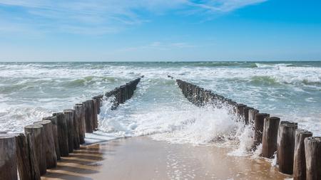 zeezicht met golfbreker en golven Stockfoto