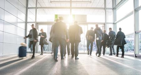 Mensen uit het bedrijfsleven lopen op een business center ingang Stockfoto