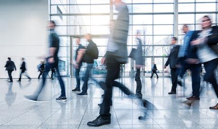기업인 현대적인 바닥에 산책
