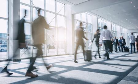 オフィスの廊下を歩いて抽象ぼやけているビジネス人々 写真素材
