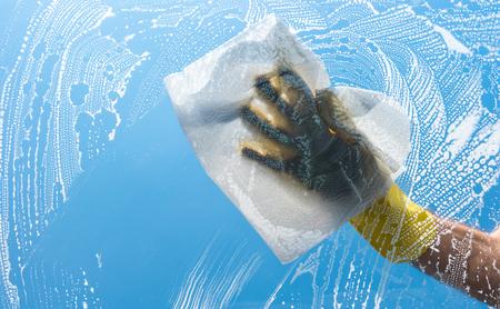 Lavage d'une vitre en verre sale