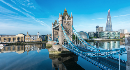 London Tower Bridge con skyline Archivio Fotografico - 79566118