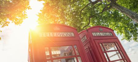 Rode telefooncellen op een zomerdag in Londen, Verenigd Koninkrijk Stockfoto