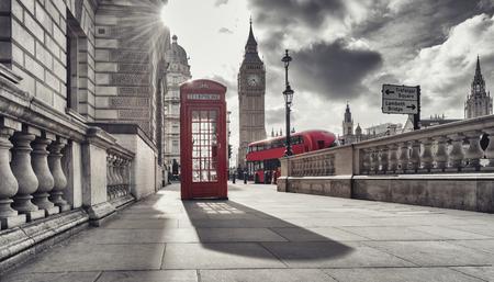 Rode telefooncel en Big Ben in Londen, Engeland, Verenigd Koninkrijk. De symbolen van Londen in zwart op witte kleuren.