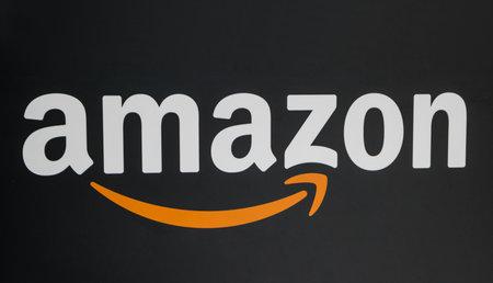 KEULEN, DUITSLAND SEPTEMBER, 2017: Amazon-embleem op zwarte achtergrond. Amazon is een wereldwijde Amerikaanse elektronische e-commercebedrijfsdistributie.