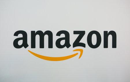 KÖLN, DEUTSCHLAND SEPTEMBER 2017: Amazon Logo auf einer Papierwand. Amazon ist ein amerikanisches Unternehmen für elektronischen E-Commerce. Editorial