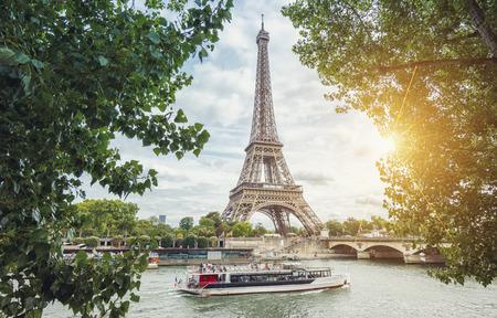 エッフェル塔と夏に船でパリ セーヌ川ビュー 写真素材