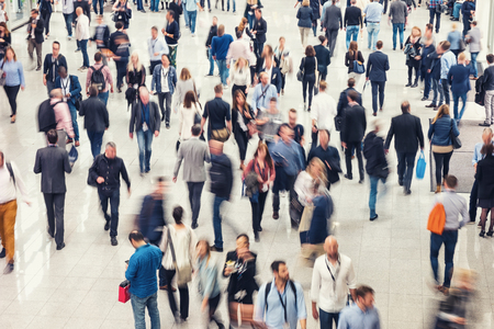 Tłum ludzi w centrum handlowym