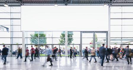 anonyme foule des gens d & # 39 ; affaires marchant dans une foire commerciale - concept image