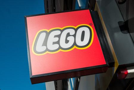 KEULEN, DUITSLAND OKTOBER, 2017: Lego-embleem op een gebouw. De Lego Group is een niet-beursgenoteerd bedrijf gevestigd in Billund, Denemarken. Redactioneel