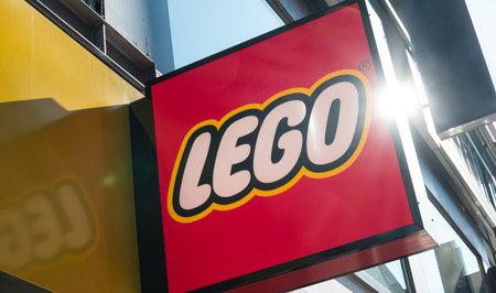 KEULEN, DUITSLAND OKTOBER, 2017: Lego-embleem op een opslaggebouw. De Lego Group is een niet-beursgenoteerd bedrijf gevestigd in Billund, Denemarken.