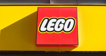 KEULEN, DUITSLAND OKTOBER, 2017: Lego-embleem op een opslagvoorzijde. De Lego Group is een niet-beursgenoteerd bedrijf gevestigd in Billund, Denemarken.
