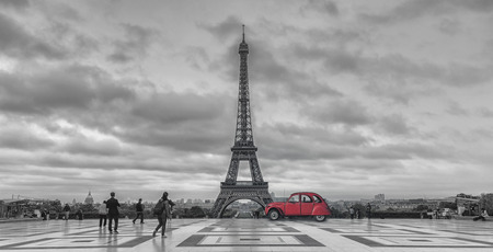 View over Trocadero square to the Eiffel Tower with red retro car, in black and white color key. Paris, France Banque d'images