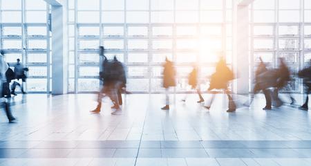 Wazig mensen lopen in een moderne omgeving