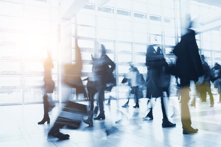 wazig Menigte van mensen lopen in een moderne omgeving Stockfoto