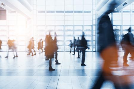 menigte van wazige mensen haasten naar een business center