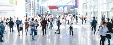 gens d'affaires flous lors d'une foire commerciale, taille de la bannière