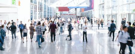 Gente de negocios borrosa en una feria comercial, tamaño de banner