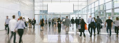 Multitud de gente de negocios caminando con banner de espacio de copia Foto de archivo
