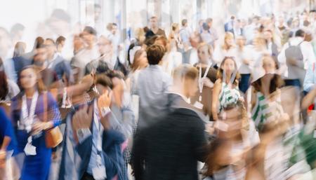 Foule de personnes anonymes marchant dans une rue animée de la ville