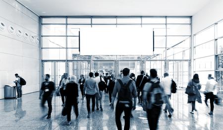 onherkenbare zakenmensen lopen in een luchthavenhal Stockfoto