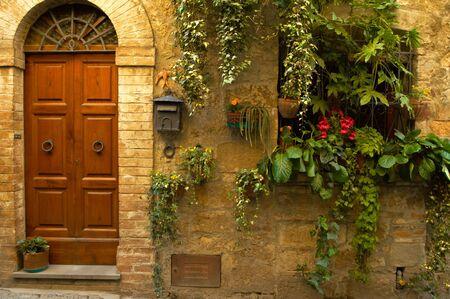 Wanden en bloemen in de dorpen in de regio Toscane in Italië. Stockfoto - 1157415