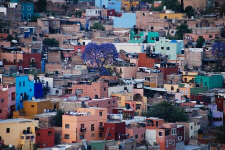 View looking down at the colorful houses of the Spanish colonial highland town of Guanajuato, Mexico. 版權商用圖片