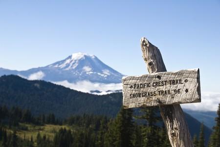 sentier: S'inscrire pour le Pacific Crest Trail, avec en arri�re-plan le Mont Adams Banque d'images