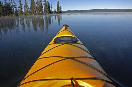Prow van een gele kayak.