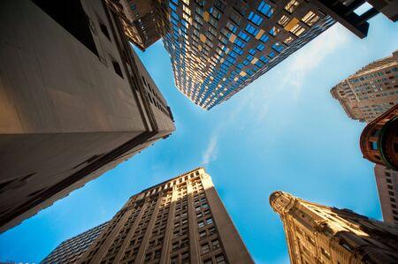 Zoek omhoog naar de hemel tussen de hoge wolkenkrabbers.
