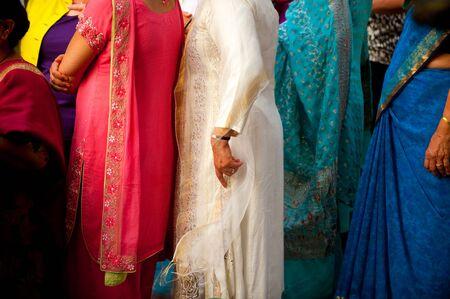 sari: L�nea de mujeres Indias Orientales, vistiendo saris
