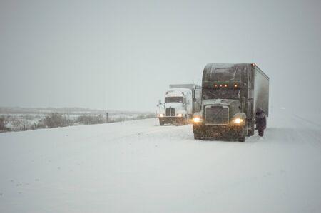 Truckers ketens in een hevige sneeuwstorm te zetten Stockfoto