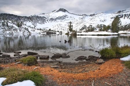 오 레 곤의 Wallowa 산에서 겨울에 높은 고산 호수