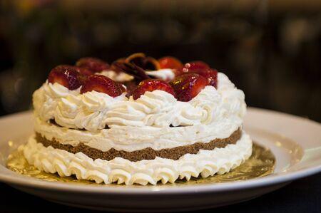 Slagroom taart met aardbeien op de top