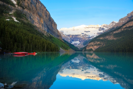 Lake Louise with a red canoe, Banff National Park, Canada 스톡 콘텐츠