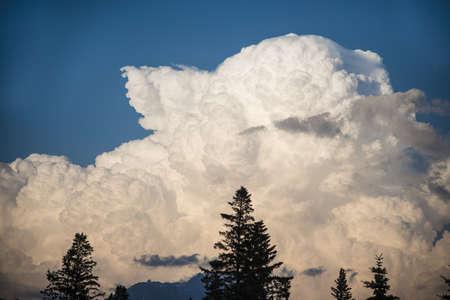 towering: Enorme c�mulo imponente nube de tormenta en el cielo