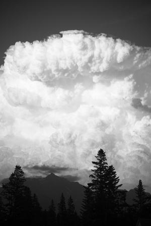towering: Enorme c?mulo imponente nube de tormenta en el cielo