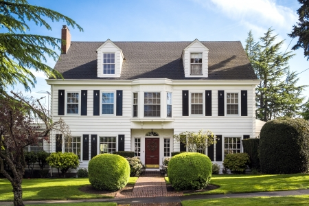 Classic American suburban house with blue sky background 報道画像