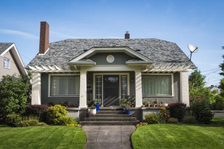Maison individuelle artisan américain avec fond de ciel bleu Éditoriale