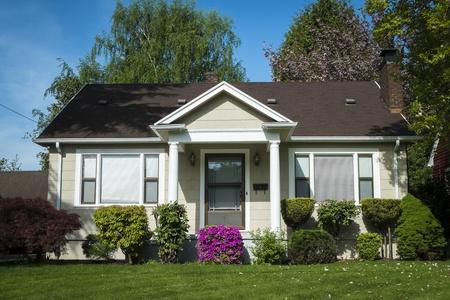 Eengezinswoningen Amerikaanse ambachtsman huis met blauwe hemel achtergrond Redactioneel