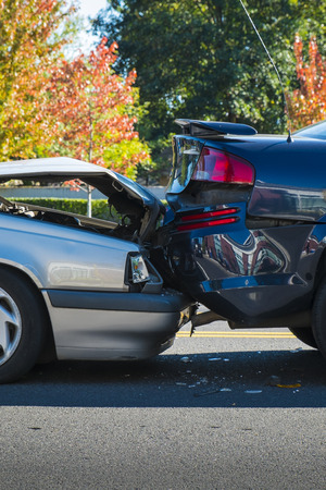 Auto-ongeluk waarbij twee auto's op een stad straat Stockfoto