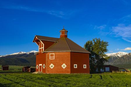 octogonal: Red octagonal barn near the Wallowa Mountains in Oregon Foto de archivo