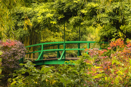 Green wooden bridge in Monet's garden in Giverny, France Standard-Bild