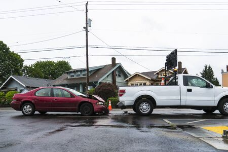 rear end: Traffic accident in the rain between a signal truck in the passenger car