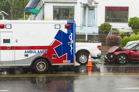 EMT vehicle responding to a traffic crash caused by rain 新聞圖片