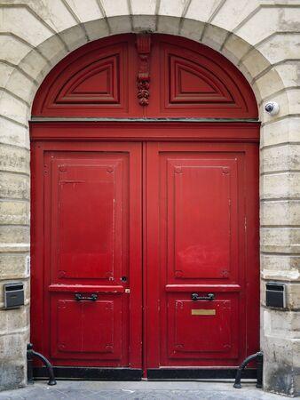 Vintage portes en bois rouge à Paris France Banque d'images