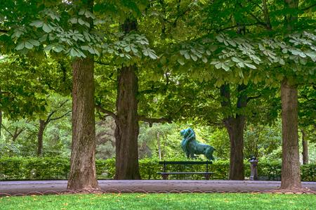 Tuin van Luxemburg, Parijs, Frankrijk, met een bronzen standbeeld van een leeuw Stockfoto